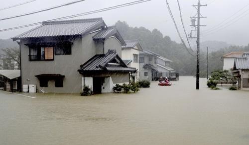 Mưa lớn gây ngập khu dân cư ở thành phố Ise. Ảnh: Reuters.