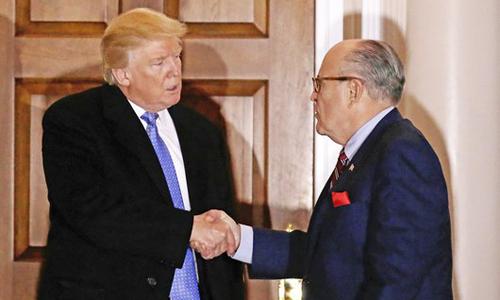 Tổng thống Mỹ Donald Trump (trái) bắt tay Rudy Giuliani sau một buổi họp ở thị trấn Bedminster, bang New Jersey hồi tháng 11/2016. Ảnh: AP.