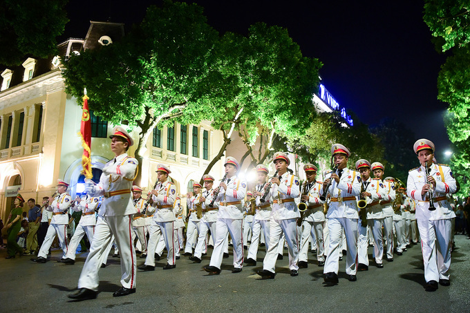 Đội kèn công an biểu diễn quanh Hồ Gươm