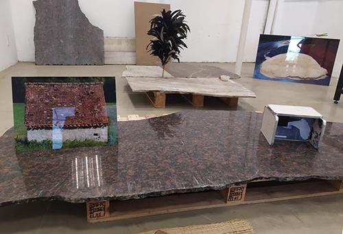 Những hình ảnh được trưng bày trên các mảnh gạch đá vỡ của Phương Linh. Ảnh: Nhân vật cung cấp