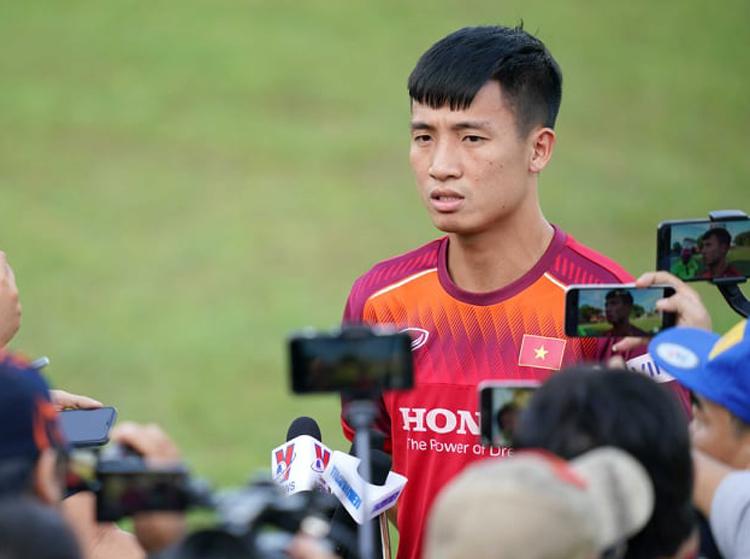Bùi Tiến Dũng chia sẻ với truyền thông Việt Nam trước buổi tập đầu tiên của tuyển tại Bali, chiều 12/10.