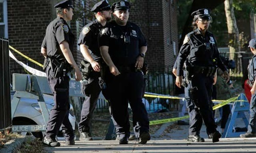 Cảnh sát New York tới hiện trường một vụ nổ súng hôm 29/9. Ảnh: AP.