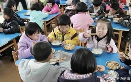 [Bữa trưa bán trú của học sinh mầm non. Ảnh: Sina