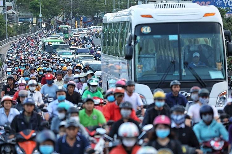 Khí thải từ xe máy, ôtô là một trong 3 nguyên nhân gây ô nhiễm không khí ở Sài Gòn. Ảnh: Hữu Khoa