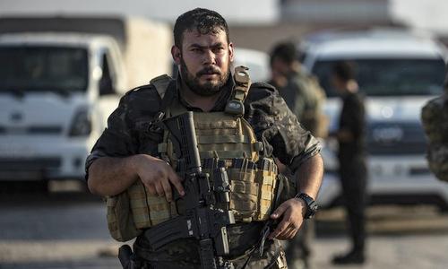Dân quân người Kurd triển khai đối phó chiến dịch của Ankara hôm 10/10. Ảnh: AFP.