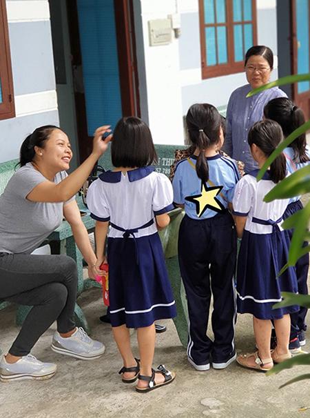Chị Thảo (trái) bên các bé trong Ngôi nhà nhịp cầu hạnh phúc. Ảnh: Yên Thảo.