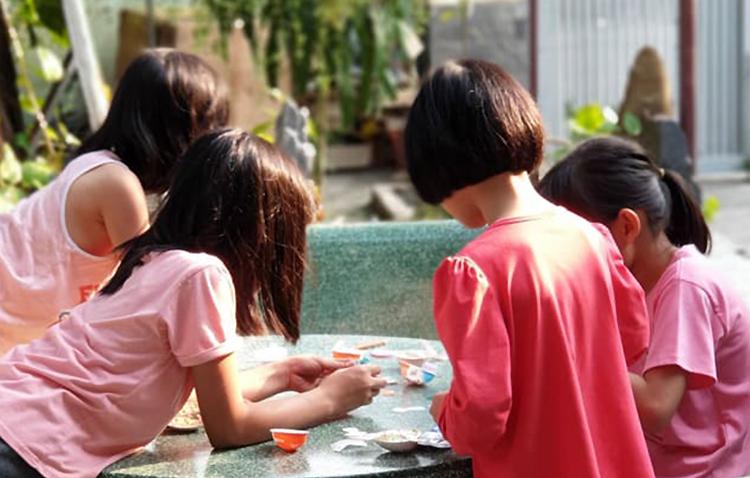 Các bé vui chơi trong khuôn viên ngôi nhà. Ảnh: Yên Thảo.