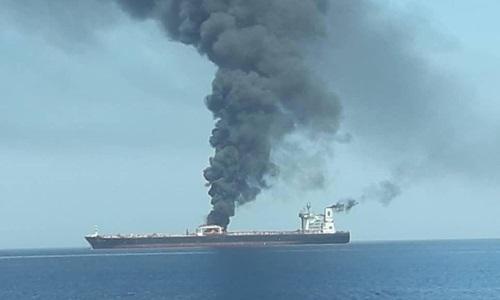 Tàu dầu Iran bốc cháy sau khi trúng tên lửa hôm 11/10. Ảnh: Irib News.
