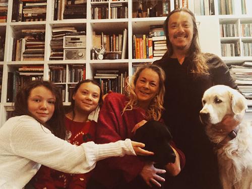 Greta Thunberg (thứ hai từ trái sang) cùng bố mẹ và em gái vào Giáng sinh 2018. Ảnh: Greta Thunberg/Twitter