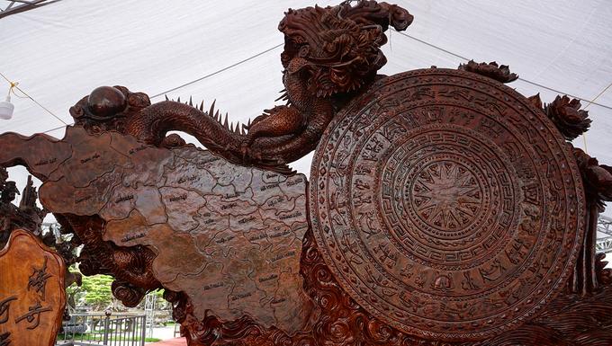 Tượng gỗ khổng lồ tạc hình trống đồng