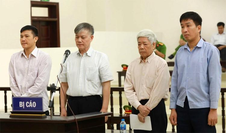 Từ trái qua, bị cáo Trần Đức Chính, Nguyễn Ngọc Sự, Trương Văn Tuyến, Phạm Thanh Sơn tại phiên phúc thẩm. Ảnh: TTXVN