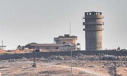 Đồn tiền tiêu của đặc nhiệm Mỹ gần thị trấn Kobani, Syria một ngày sau trận pháo kích hôm 11/10. Ảnh: AFP.