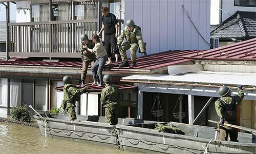 Binh sĩ Lực lượng Phòng vệ Nhật Bản (JSDF) giải cứu người mắc kẹt vì lũ lụt ngày 13/10 sau khi bão Hagibis quét qua thành phố Kakuda, tỉnh Miyagi. Ảnh: Reuters.