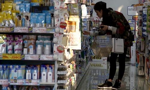 Một cửa hàng bán thuốc tại Tokyo, Nhật Bản. Ảnh: Nikkei.