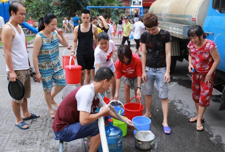 Người dân ở Chung cư HH Linh Đàm muanước từ xe stec ngày13/10. Ảnh:Tất Định