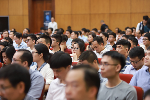 Khán giả theo dõi phần trình bày của các diễn giả.