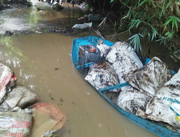 Nguồn nước sạch Hà Nội bị nhiễm dầu thải