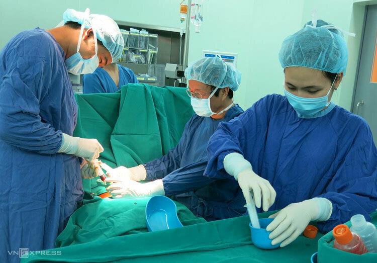 GS Nguyễn Thanh Liêm (giữa) cùng ê kíp ghép tế bào gốc cho bệnh nhân. Ảnh: XT.