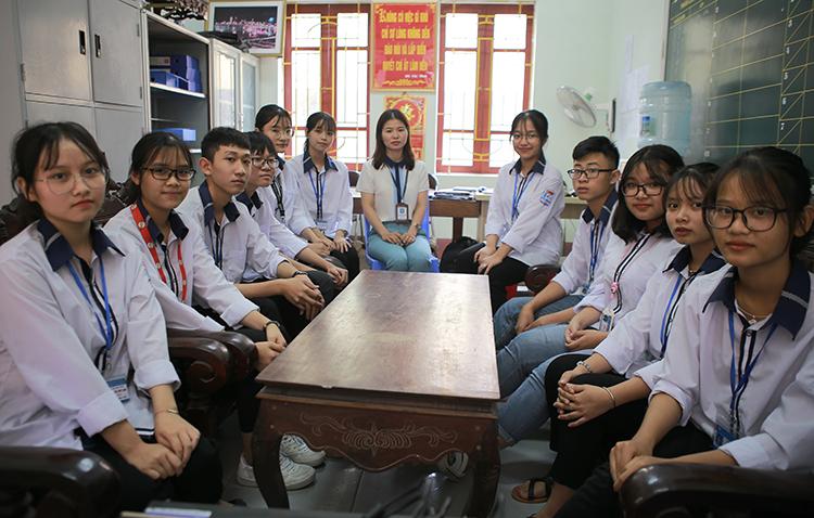 Nhóm học sinh thực hiện sản phẩm và cô giáo Nguyễn Lam Thủy. Ảnh: Nguyễn Hải.