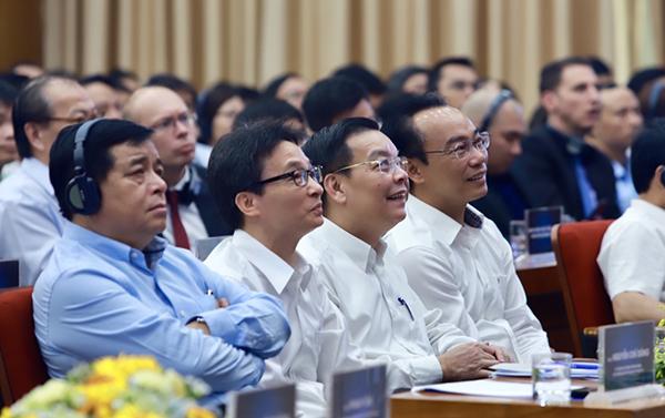 Bộ trưởng Nguyễn Chí Dũng, Phó Thủ tướng Vũ Đức Đam, Bộ trưởng Chu Ngọc Anh thích thú với bài trình bày của cha đẻ Angry Birds.