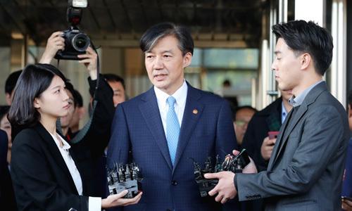 Bộ trưởng Tư pháp Hàn Quốc Cho Kuk trả lời phóng viên sau khi tuyên bố từ chức tại trụ sở của bộ ở Seoul hôm nay. Ảnh: Yonhap.