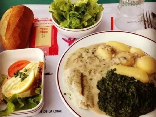 Một bữa trưa đầy đủ dinh dưỡng của học sinh ởPays de la Loire có cá, rau chân vịt, khoai tây, xà lách, pho mát và bánh mì. Ảnh: