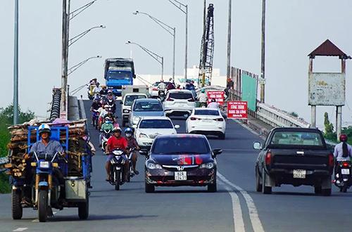 Cầu Tân An 1 hiện nhỏ hẹp, thường ùn ứ vào ngày lễ, Tết. Ảnh: Hoàng Nam.