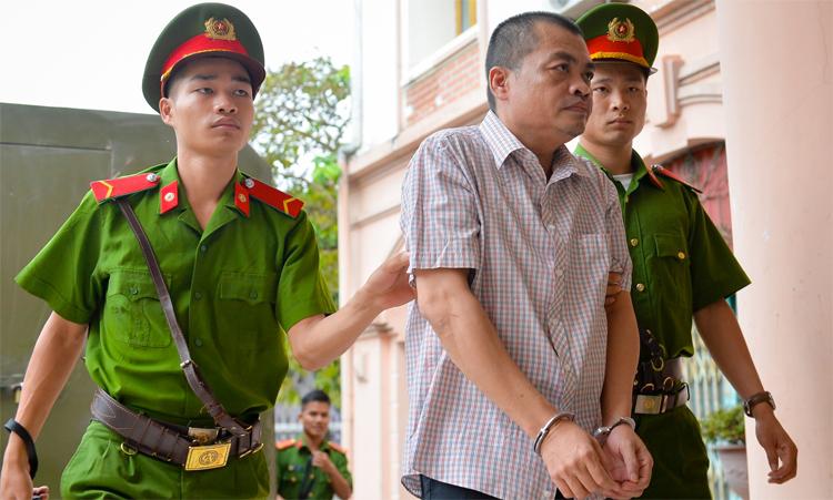 Bị cáo Nguyễn Thanh Hoài bị áp giải vào phiên toà. Ảnh: Hà Nguyên
