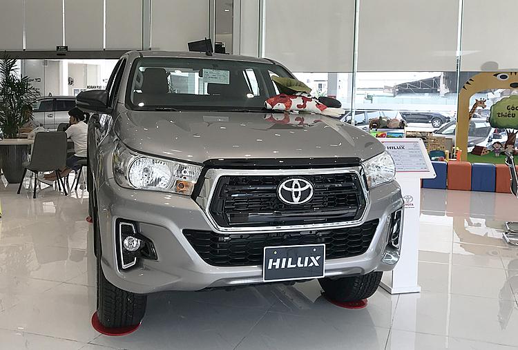 Toyota Hilux trưng bày tại một showroom ở quận Bình Thanh, TP HCM. Ảnh: Thành Nhạn