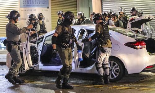Cảnh sát Hong Kong khám xét một ôtô sau cuộc biểu tình hôm 13/10. Ảnh: SCMP.