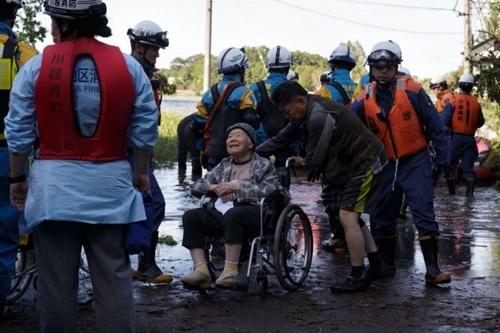 Một cụ bà được giải cứu khỏi trại dưỡng lão bị ngập ở thành phố Kawagoe ngày 13/10. Ảnh: NYTimes.