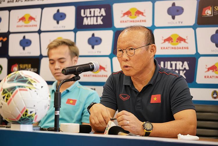 HLV Park Hang-seo chia sẻ với truyền thông ở Bali, chiều 14/10. Ảnh: Lâm Thỏa.