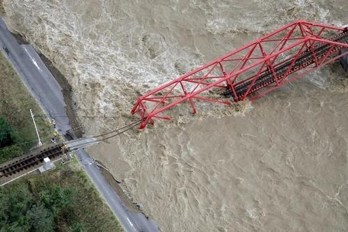 Một cây cầu đường sắt bị sập ở Ueda, miền trung Nhật Bản. Ảnh: Reuters.