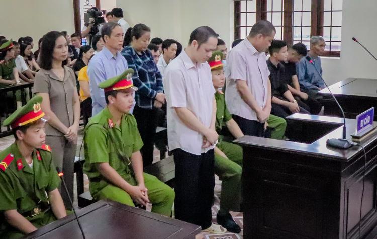 5 bị cáo trong phiên tòa sáng 14/10. Ảnh: Hà Nguyên