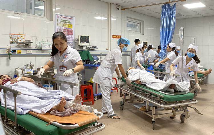 Bác sĩ bệnh viện đa khoa 115 cấp cứu các nạn nhân. Ảnh: Nguyễn Hải.