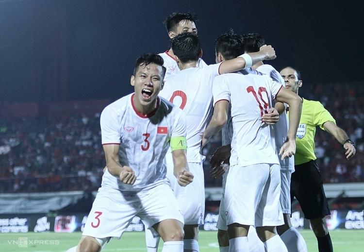 Quế Ngọc Hải mừng bàn thắng cùng các đồng đội vào lưới Indonesia. Ảnh: Đức Đồng.