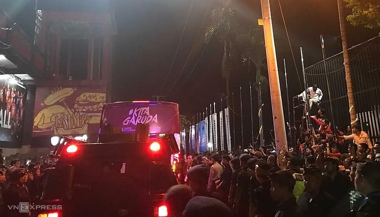 CĐV Indonesia tức giận, bao vây xe của đội tuyển. Ảnh: Lâm Thoả.