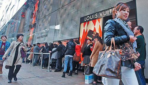 Khách hàng xếp hàng bên ngoài một cửa hiệu Louis Vuitton ở Hong Kong. Ảnh: China Daily