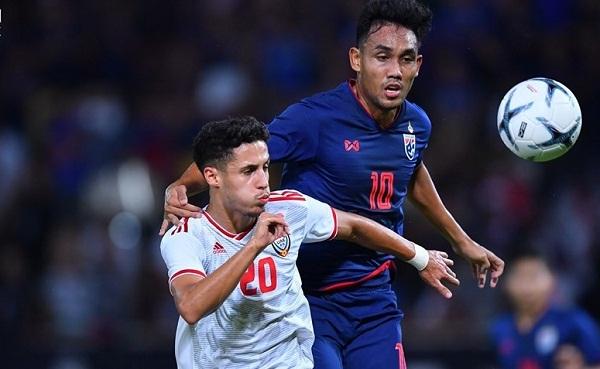 Thái Lan tận dụng sự lúng túng của hàng thủ UAE trong những pha bóng bổng. Ảnh: Changsuek.