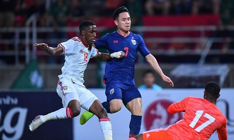 Hàng thủ UAE bị động khi đối mặt với tốc độ của các cầu thủ chạy cánh bên phía Thái Lan. Ảnh: Changsuek.