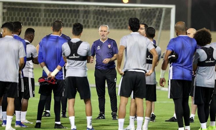 Bert van Marwijk cùng học trò chuẩn bị cho trận gặp Thái Lan vào tối 15/10. Ảnh: National.