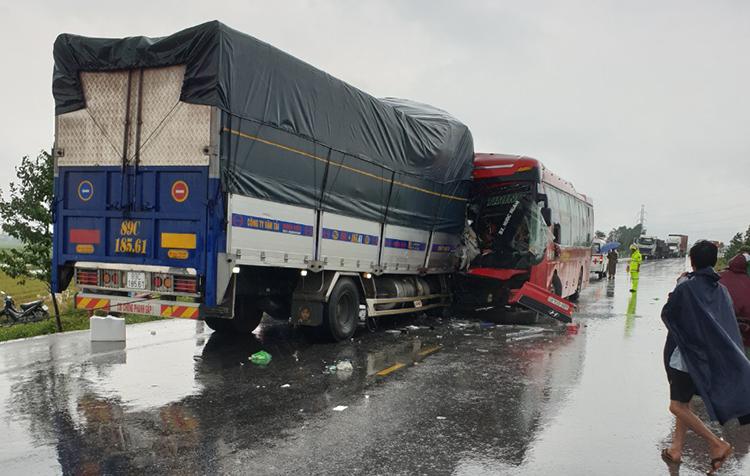 Hiện trường cho thấy xe tải đã lấn sang làn đường xe khách. Ảnh: Nguyễn Hải.