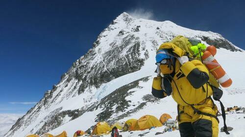 Một người khuân hàng hóa tại trại số 4 gần đỉnh Everest vào ngày 20/5/2016. Ảnh: Reuters.