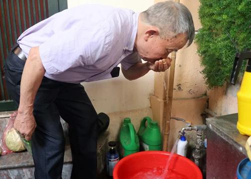 Ông Đinh Tiến Dũng - Bí thư chi bộ cụm cơ khí 1A (Thanh Xuân) cho hay nước có mùi nên gia đình phải mua nước đóng bình về sử dụng. Ảnh: Võ Hải.