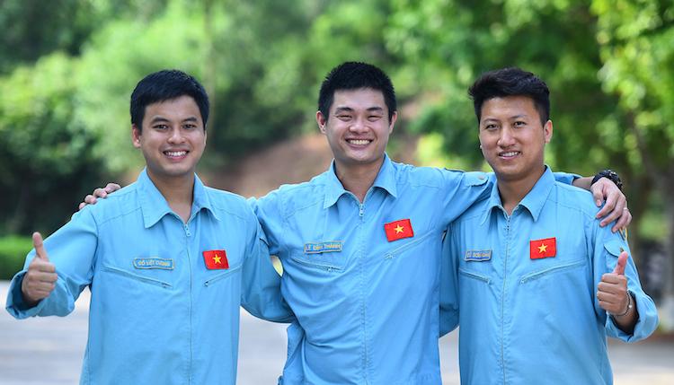 Ba phi công trẻ Đỗ Việt Cường, Lê Đình Thành, Đỗ Sơn Hoàng của Trung đoàn không quân 927. Ảnh: Giang Huy