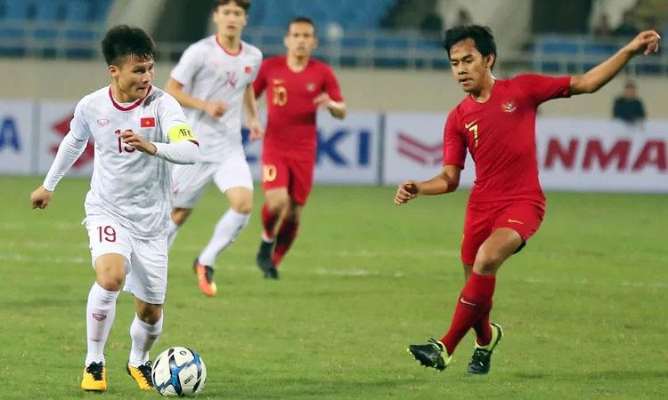 Quang Hải (trái) trong trận đấu với Indonesia ở vòng loại U23 châu Á 2020. Ảnh: Lâm Thỏa.