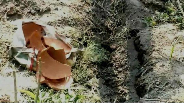 Chiếc bình đất bị vỡ sau khi dân làng phát hiện bé sơ sinh bị chôn sống. Ảnh: BBC