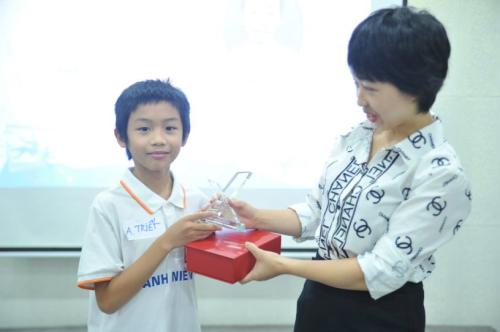 Nguyễn Anh Triết được đại diện FUNiX trao giải Chiến công vì thành tích hoàn thành chứng chỉ 1 khi mới 10 tuổi.