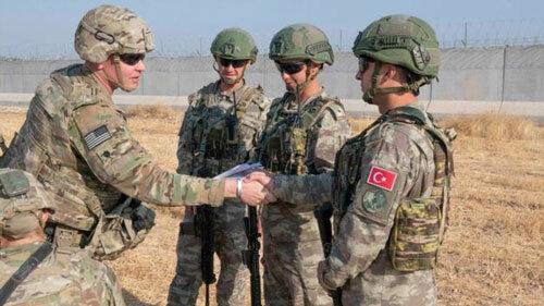 Lính Mỹ (trái) bắt tay lính Thổ Nhĩ Kỳ ở đông bắc Syria hồi đầu tháng 10. Ảnh: BBC.