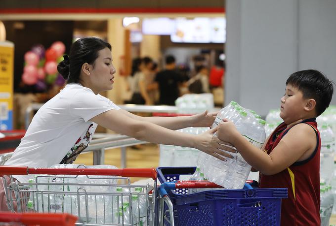 Người dân ùn ùn đi mua nước trong siêu thị